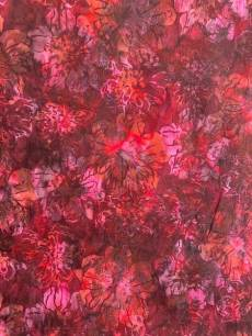Batikstoff Hoffman Fabrics dkl. Rot, Brombeer, Burgundy mit Blumen in Rosa