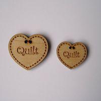 Knopf, Holzknopf Herz mit Aufschrift `Quilt` 20mm